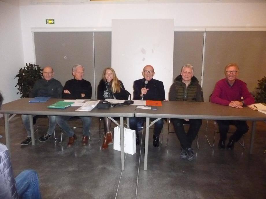 Le président Christian de Cesare (au micro) entouré des officiels et des membres du bureau de l'Union cycliste Carqueirannaise lors de l'assemblée générale annuelle, lundi dernier à la Maison des associations.