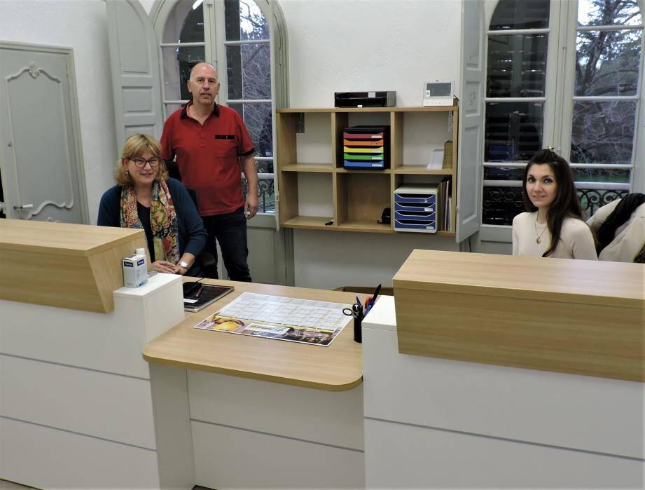 Déborah, Isabelle et Christian à l'accueil des usagers.