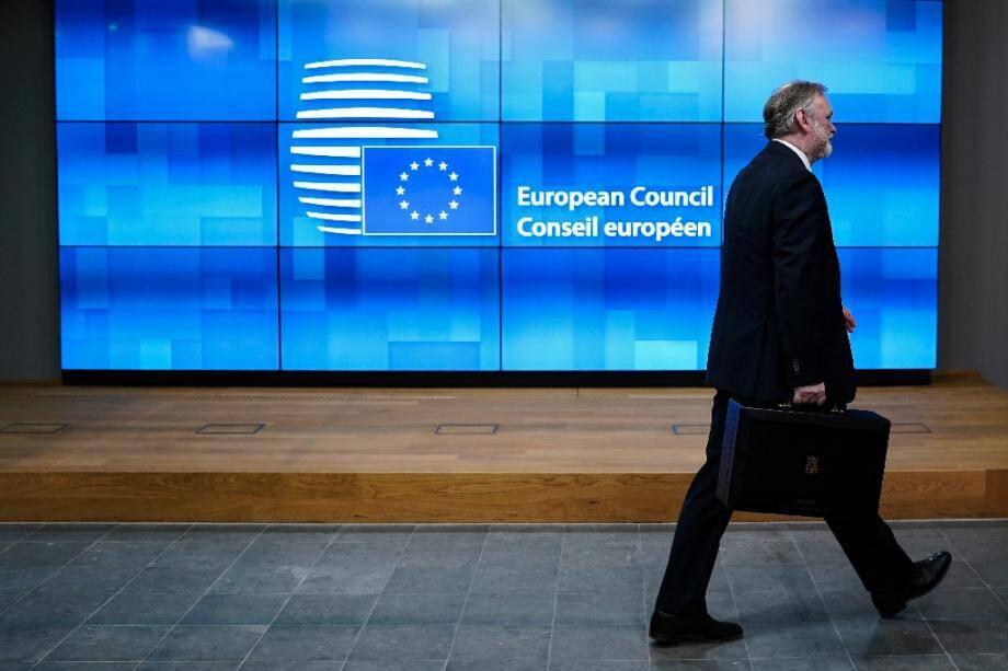 Le représentant permanent du Royaume-Uni auprès de l'UE Tim Barrow vient remettre au Parlement européen le document officiel montrant que Londres a rempli ses obligations pour sortir de l'UE, à Bruxelles le 29 janvier 2020