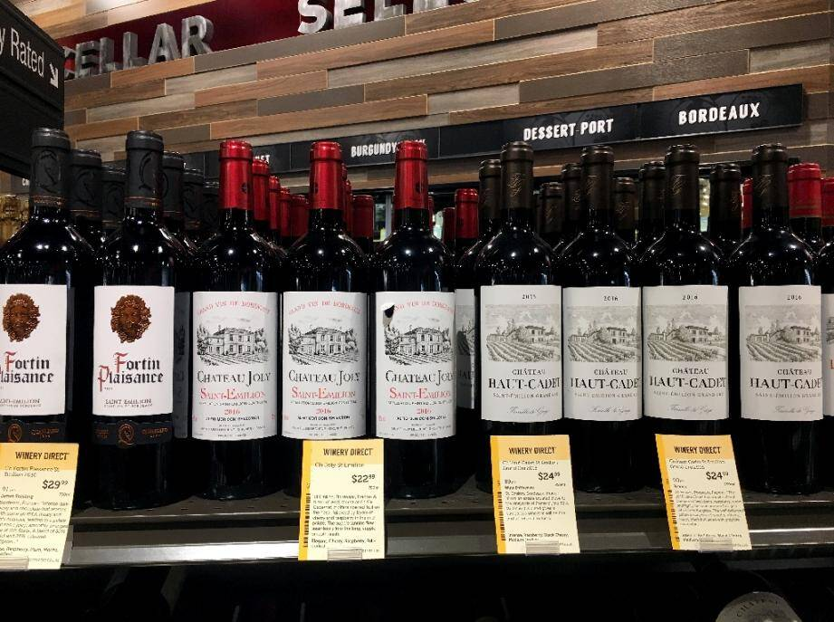 Des bouteilles de vins français sur le présentoir d'un magasin de spiritueux le 3 décembre 2019 à Arlington (Etats-Unis, Etat de  Virginie)