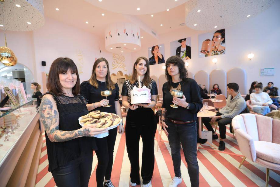 Céline, Lucile, Emi et Eliz sont peut-être des Bad Girls mais elles proposent de délicieux gâteaux, le tout dans un décor de bonbonnière, très cosy.