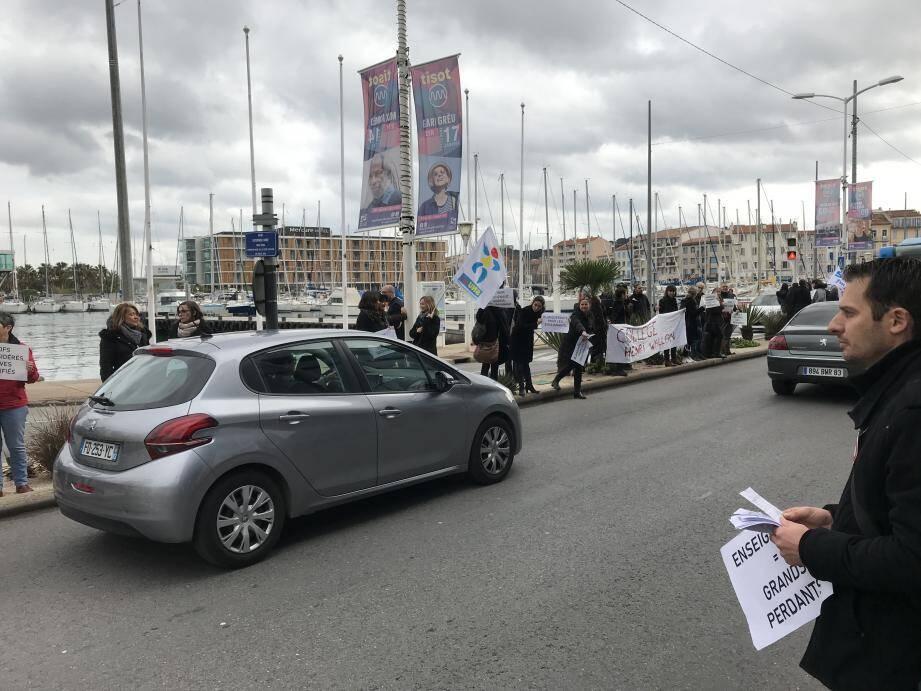Les enseignants se sont rassemblés sur le port de La Seyne pour protester contre la réforme des retraites en tractant auprès des automobilistes.