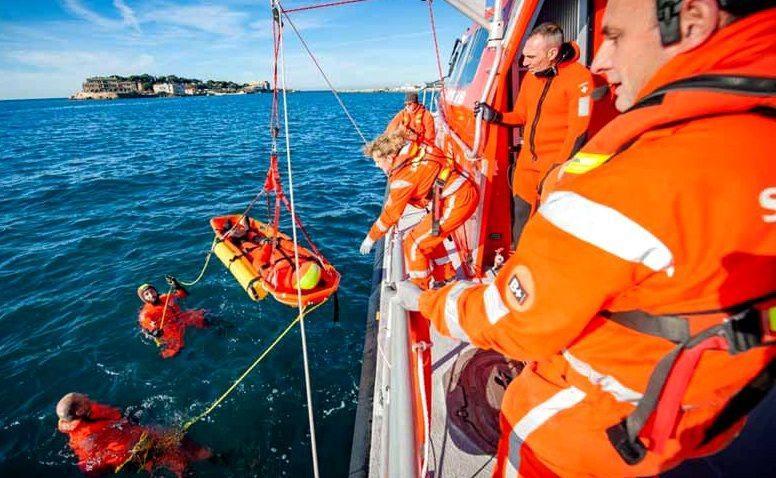 Conditionnement d'une victime sur un brancard flottant.