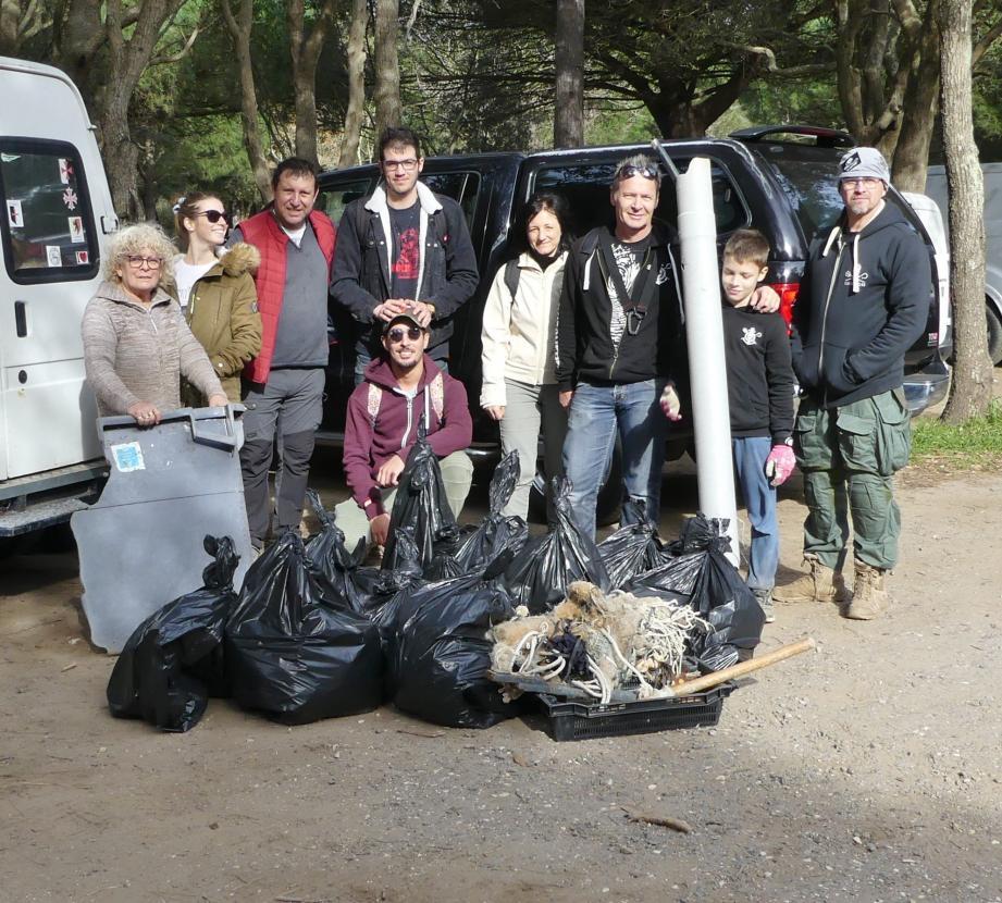 Les bénévoles avec la récolte d'une matinée de ratissage du sentier du littoral : environ 300 litres de déchets en tout genre...