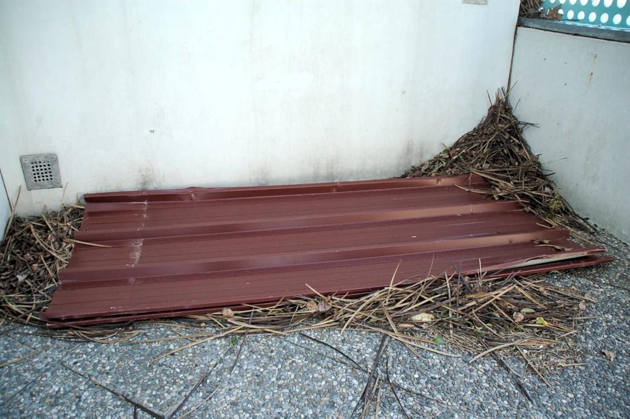 Voici l'une des plaques métalliques retrouvées au fond de la cour.