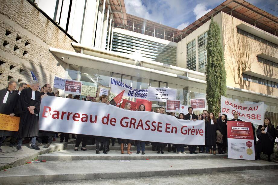 Comme ils l'avaient fait à Grasse [ci-dessus], les avocats ont manifesté contre la réforme des retraites aux côtés de leurs confrères des autres barreaux à Paris [à droite], en début de semaine.