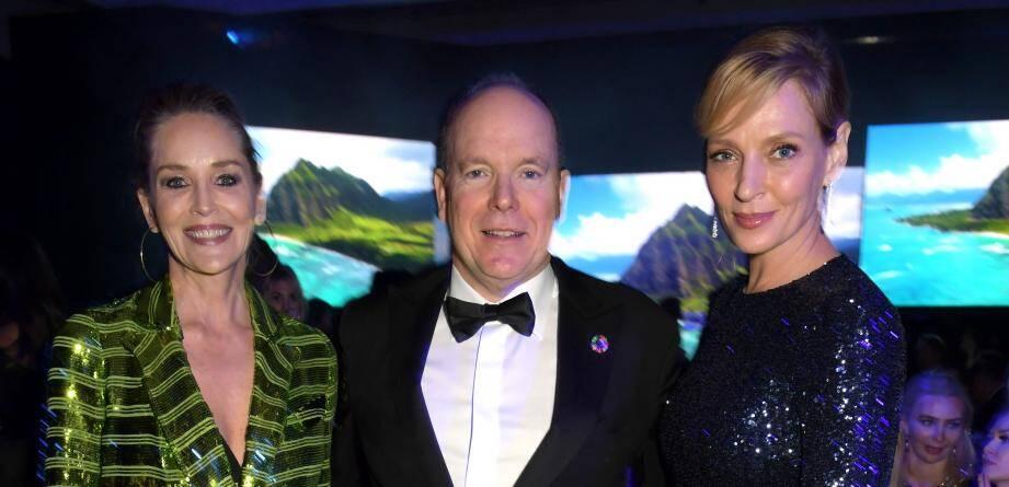 La soirée, organisée dans un domaine privé de Beverly Hills, réunissait notamment autour du souverain les iconiques actrices Sharon Stone et Uma Thurman.