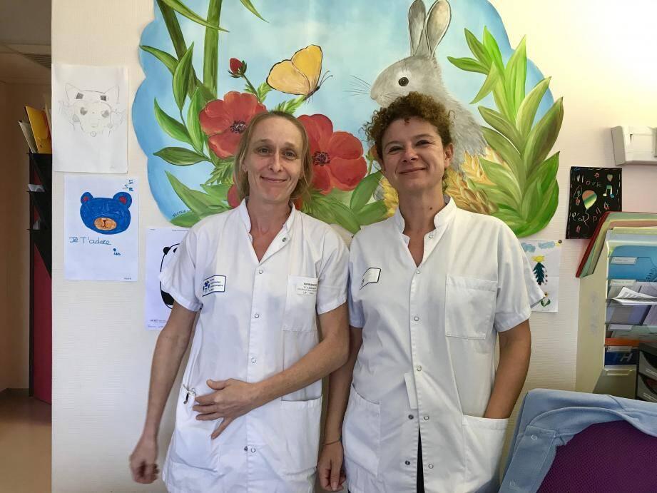 Céline Lagueny (à gauche), l'infimière du centre de référence, formée à la spécificité des maladies dermatologiques rares, et le Dr Christine Chiaverini, responsable du CRMRP.(Photo Ax.T.