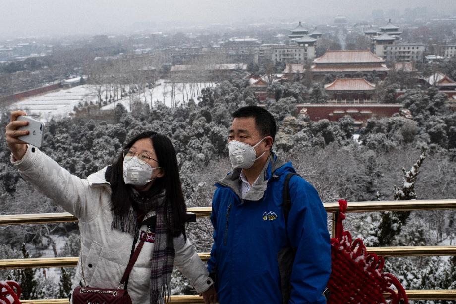 Deux personnes se prennent en photo en étant masqués, le 2 février 2020 à Pékin