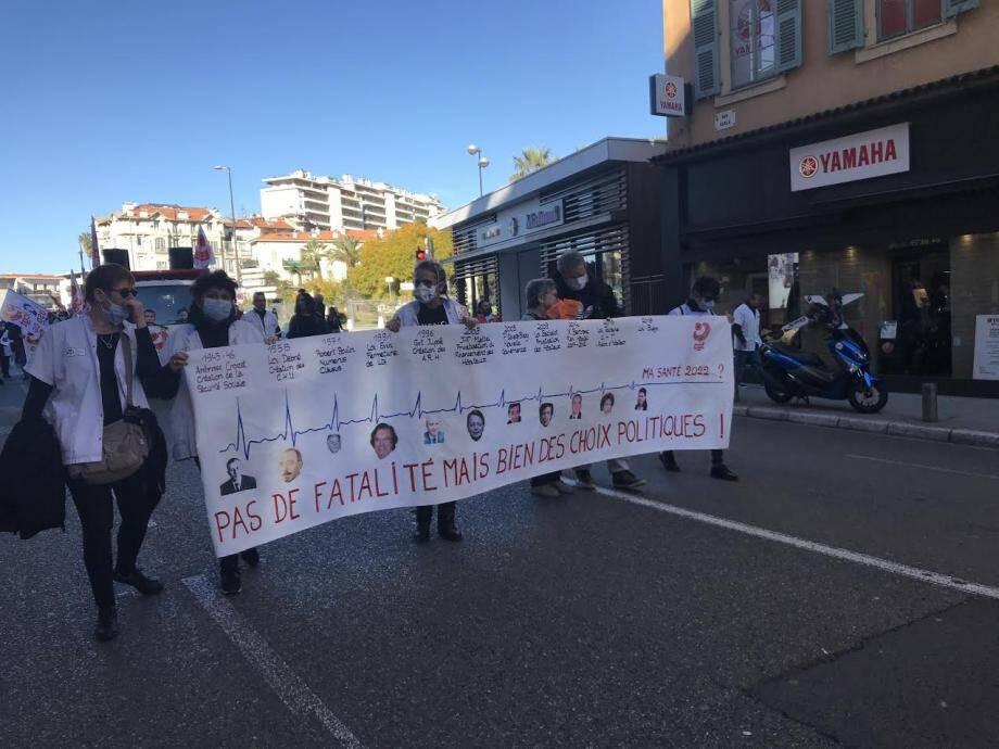 """À l'appel de la CGT entre 150 et 200 personnes manifestaient à Nice ce vendredi matin pour """"défendre l'hôpital public""""."""