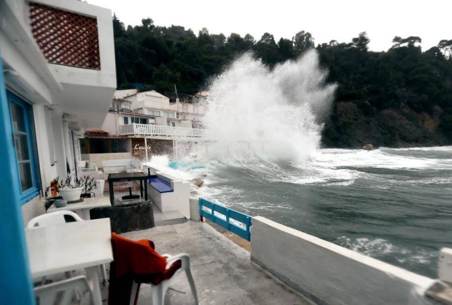 Le vent chahute le littoral de l'anse Méjean, à Toulon.