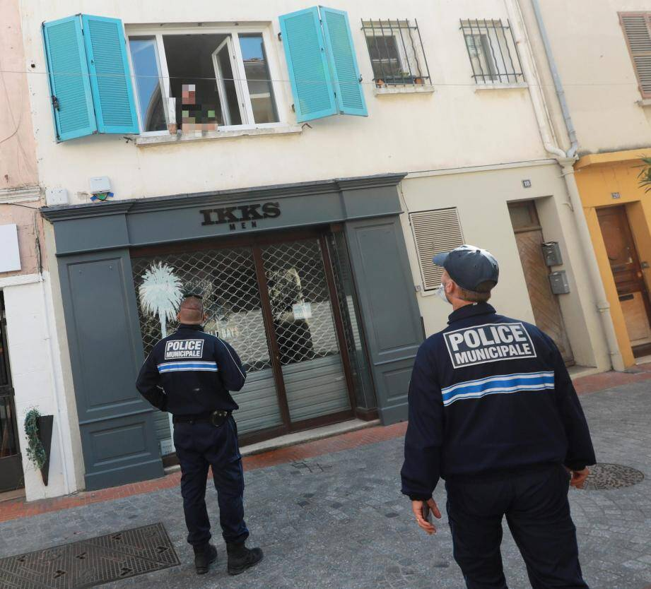 Lundi, dans une ville à l'arrêt, les policiers sollicités par les habitants ont expliqué les modalités d'application du nouvel arrêté municipal interdisant les déplacements brefs à moins de 10 mètres de son domicile.