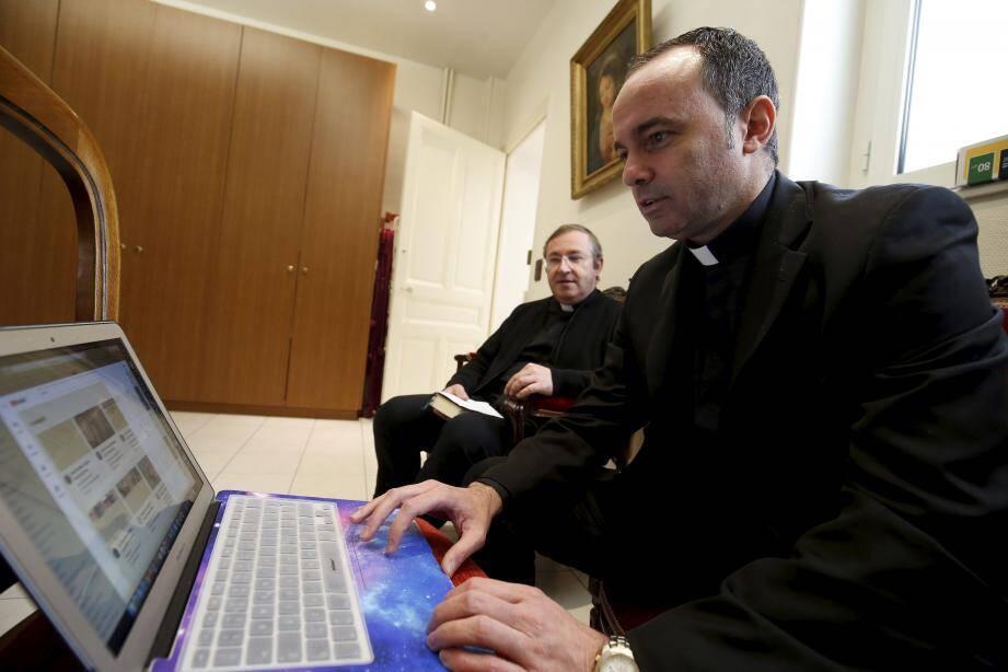 Le père Jean-Christophe Genson (au fond) a dit une messe que le prêtre auxiliaire Claudio Fasulo a diffusée sur Internet.