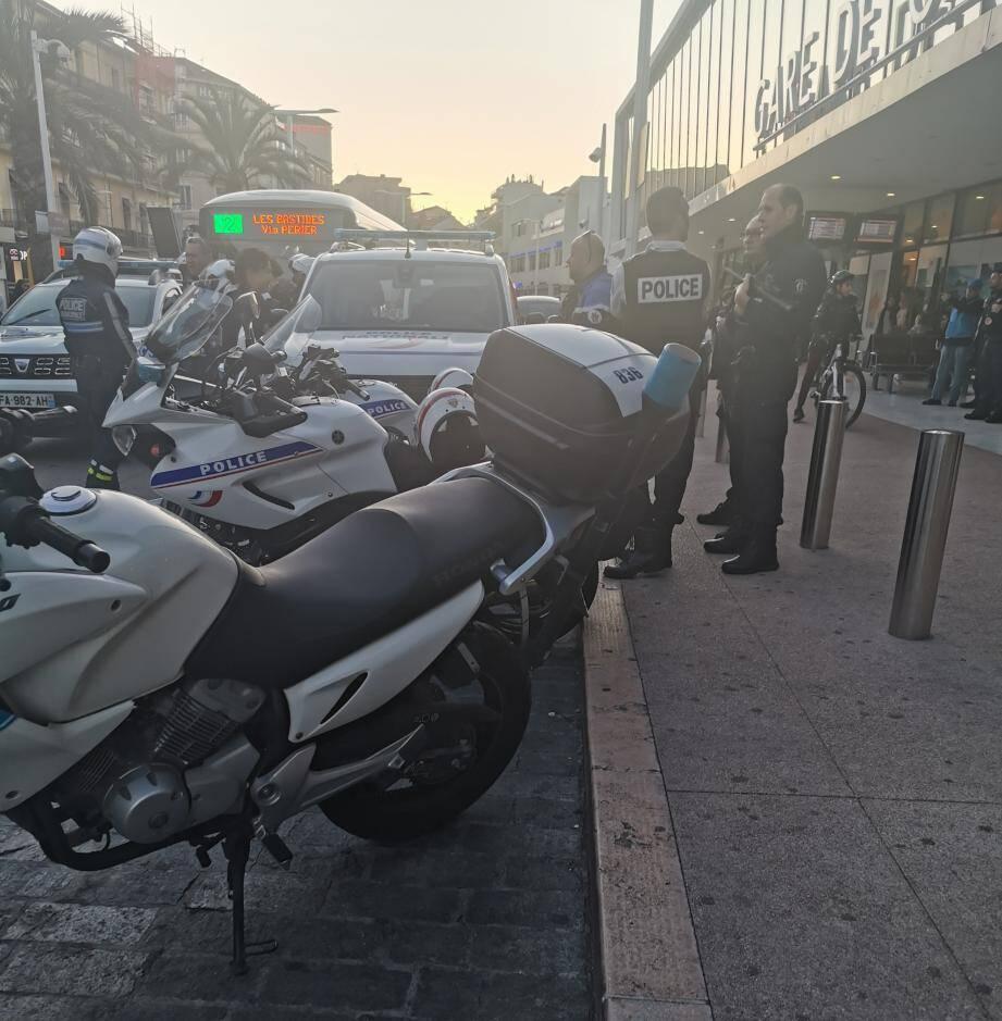 Plusieurs policiers à moto se sont rendus sur les lieux.