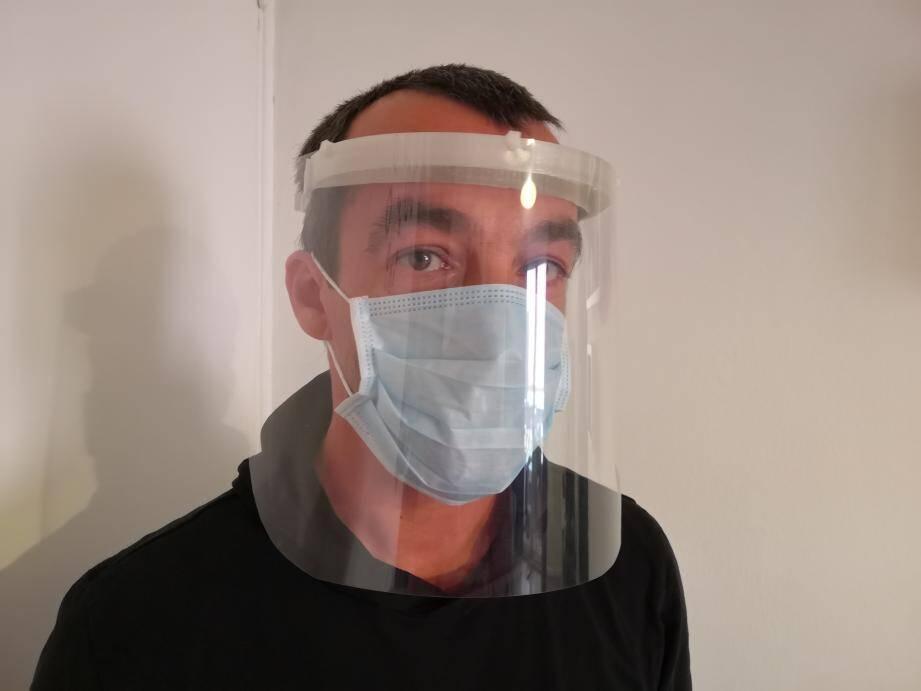 Depuis ce lundi, François Brignolle fabrique bénévolement des visières anti projections.