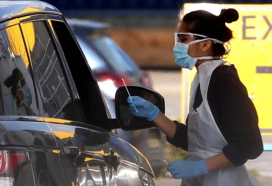 Un membre du personnel soignant teste un membre du NHS ( service de santé publique) au nouveau coronavirus à Londres, le 4 avril 2020