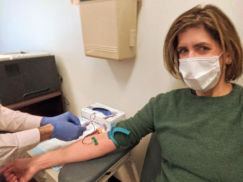 Diana Berrent donne son sang au laboratoire de pathologie de l'hôpital Irving de Columbia University, le 30 mars 2020 à New York