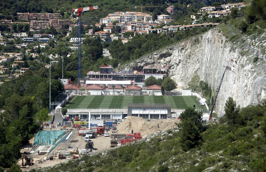 Depuis son engin de chantier (à droite sur la photo), l'ouvrier procédait à une sécurisation de la falaise, surplombant le centre d'entraînement de l'AS Monaco, quand un pan de celle-ci s'est décroché. L'éboulement a été fatal.