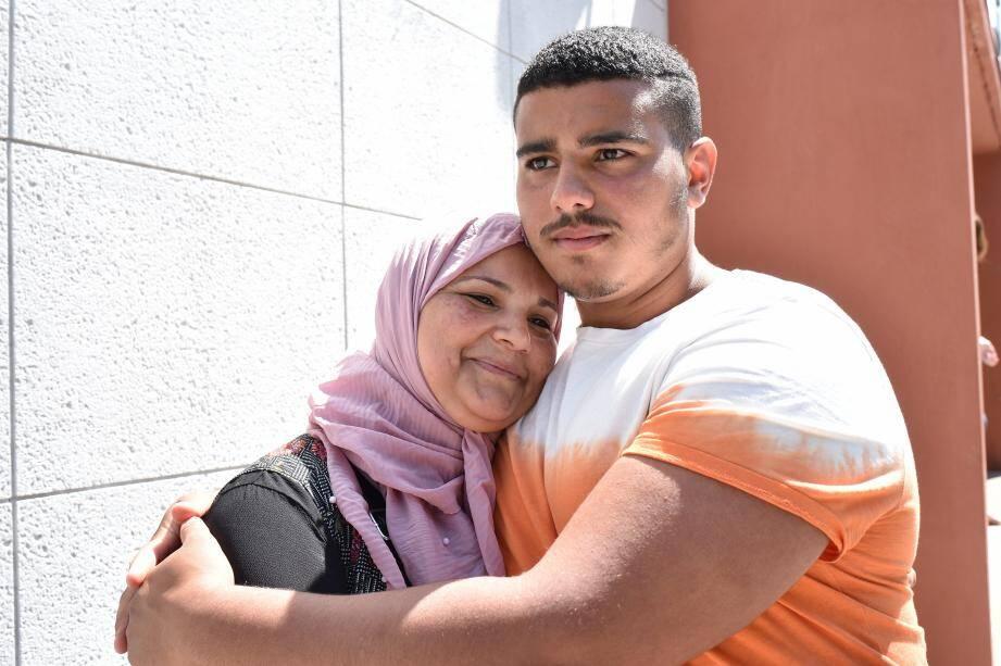 Après avoir tout tenté pour extirper le septuagénaire des flammes, le jeune Iteb accuse le coup. Ici, dans les bras de sa maman, Radhia.