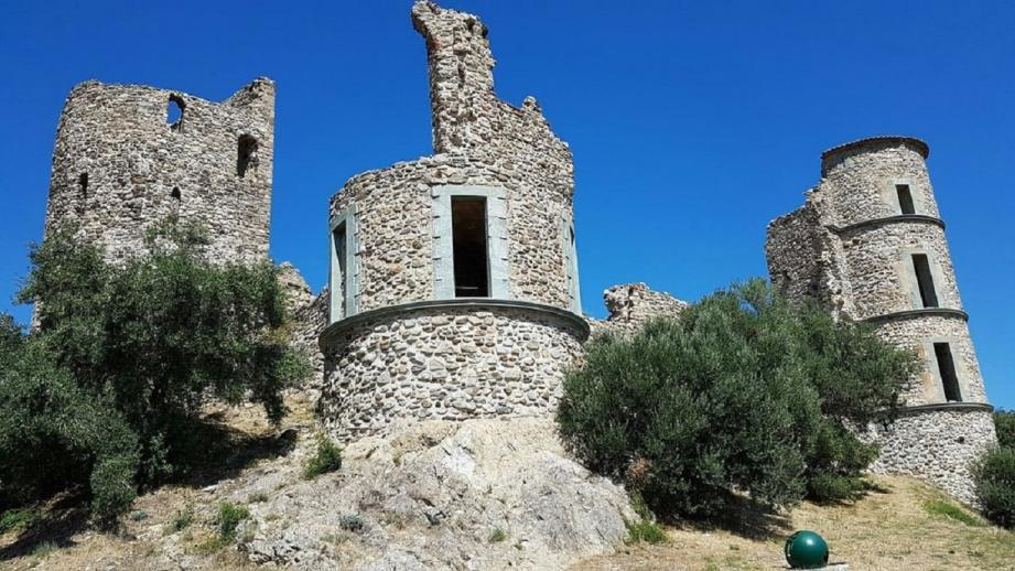 Posé au sommet de la colline, le château surveille encore le village. La première mention du castrum de Grimaud, en tant qu'habitat fortifié, remonte au Xe siècle. À partir de là, le fief changea de mains à peu près tous les 100 ans.