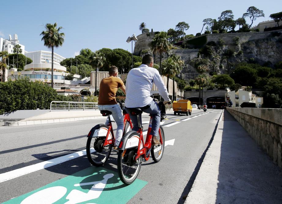 Une nouvelle piste cyclable mène de Fontvieille au port Hercule à Monaco.