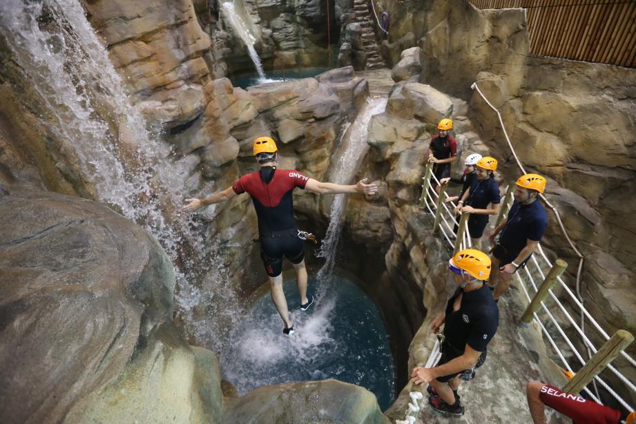 Lors des sauts de quatre mètres à près de sept mètres de hauteur, les bras servent à s'équilibrer en l'air. Ensuite, il faut les ramener vers soi avant de toucher l'eau.