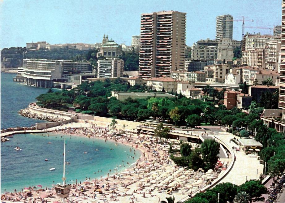 Des automobilistes les pieds dans l'eau à la fin des années soixante. Décennie qui assoit l'actuelle configuration de la plage du Larvotto sous l'impulsion du prince Rainier-III.