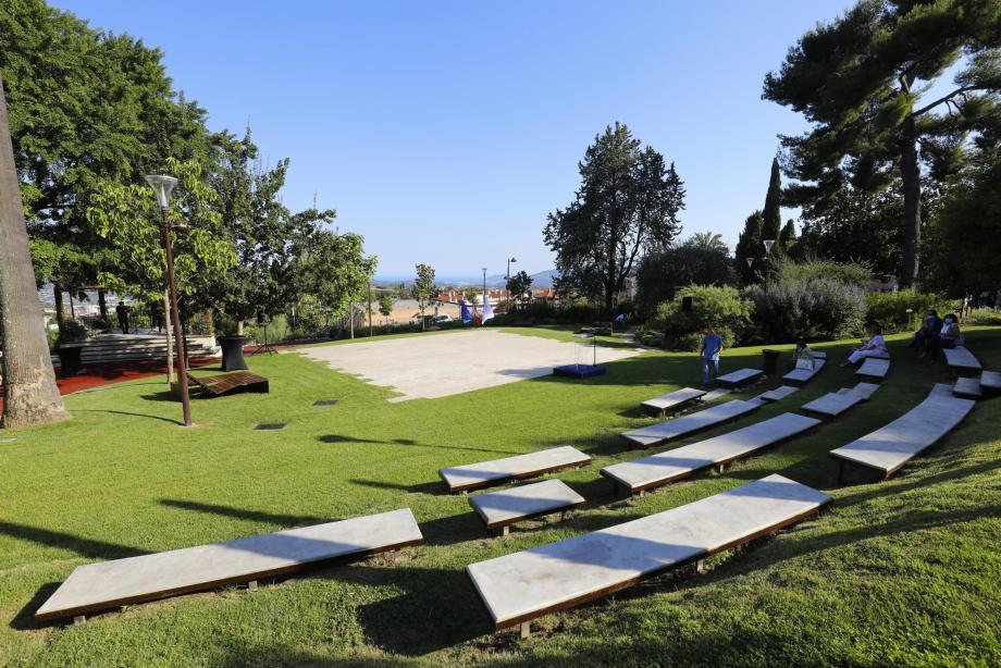 L'esplanade où sont installés les bains de soleil offre une vue imprenable jusqu'à la mer. L'aire de jeux des enfants a été agrandie et entièrement réaménagée.