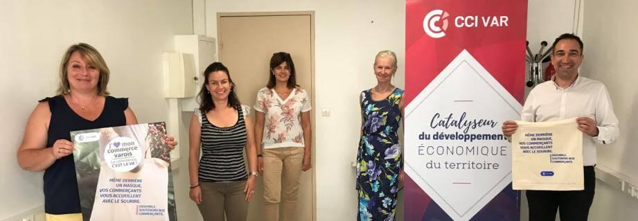 L'équipe de l'antenne hyéroise qui présente la campagne « J'aime mon commerce varois » : Valérie Martin, Fanny Blanchard, Myriam Abellaneda, Isabelle Giraud et Patrick Reygade.