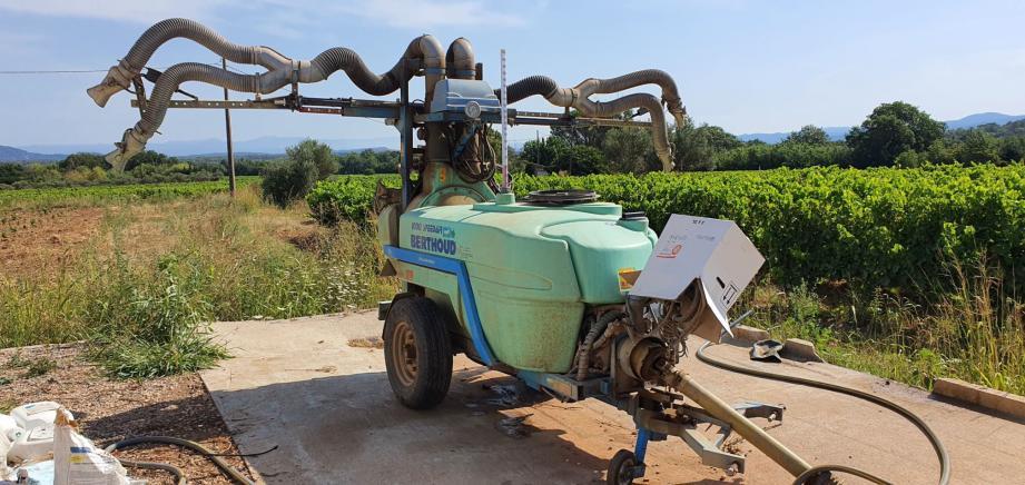 Ce pulvérisateur a reçu le premier projectile, pendant que l'agriculteur était au-dessus de la cuve pour la remplir d'eau. En médaillon, l'un des impacts de balle.