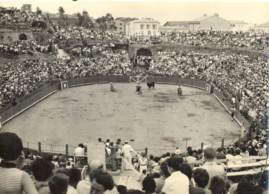 Ouverture de la temporada le 18 juillet 1965 avec de nouveaux gradins pour El Cordobès, Paco Camino et Gomez.