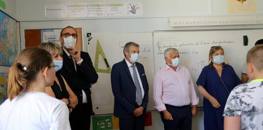 Michel Napolitano (au fond à gauche) achève sa dixième année à ce poste dans des conditions inédites. Ci-dessus, l'inspecteur de l'Education nationale participe à une remise de livre aux élèves de CM2.