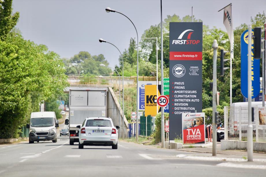 La mairie souhaite enlever 17 panneaux publicitaires sur les 34 existants dans la zone artisanale..