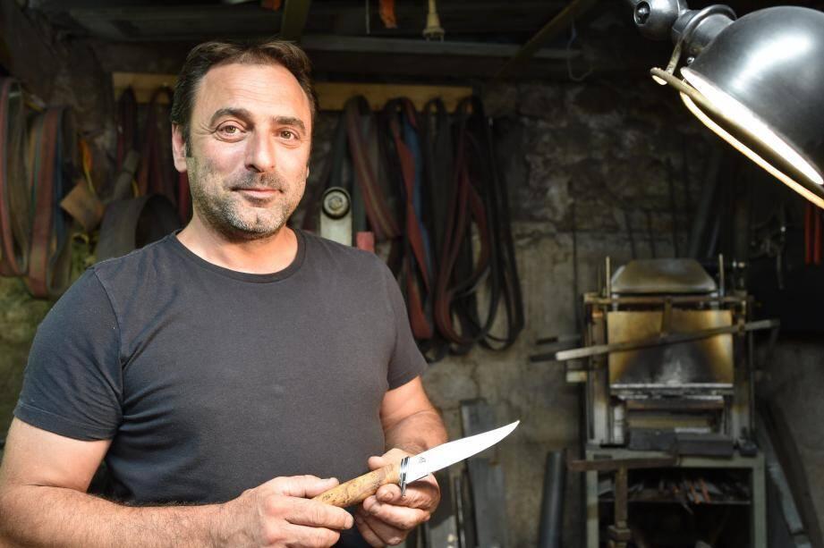 «Quand j'étais petit, avec mes amis, on construisait des cabanes et forcément à un moment donné ou à un autre on a besoin d'un couteau».