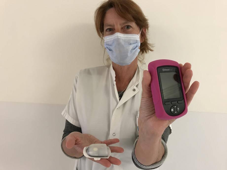 Le Dr Di Costanzo présente un modèle de capteur de glycémie et son scanner de poche.