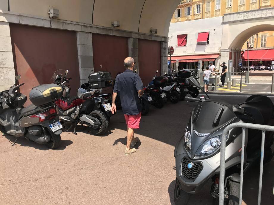 """Pas de tolérance pour le stationnement des deux-roues sur """"les espaces piétons ou remarquables."""""""