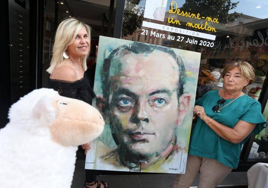 Lors du vernissage, Laurence Barbero (à gauche) a offert le portrait d'Antoine de Saint Exupéry à sa petite-nièce, Roselyne Sartre.