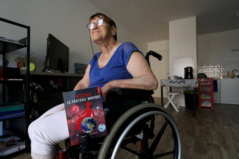 Depuis sa naissance, Françoise Degouy est handicapée moteur et cérébral. À 67 ans, elle publie sa biographie, premier ouvrage d'une relation intime avec son fauteuil roulant, Assika.