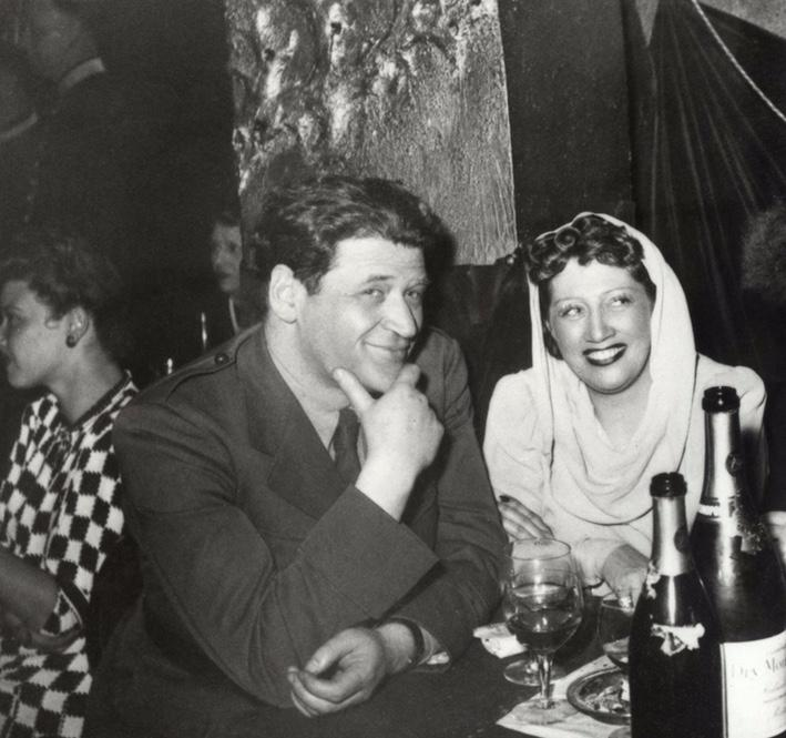 À Londres en 1943, Joseph Kessel et Germaine Sablon boivent du champagne pour fêter une liberté conquise après un périple extravagant.
