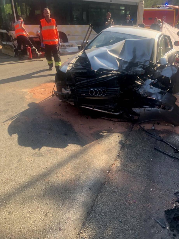 Les dégâts sur les véhicules témoignent de la violence du choc. Dans cette collision, une passagère d'une trentaine d'années, assise à l'arrière de la voiture, a perdu la vie.
