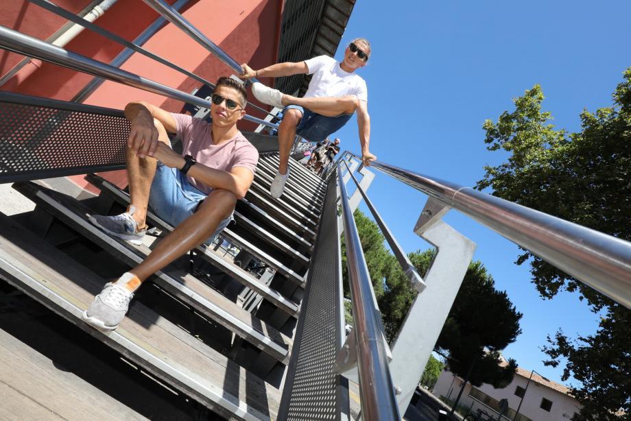 Loin de la vie de troupe, Mathieu et Thomas continuent à s'entretenir physiquement.