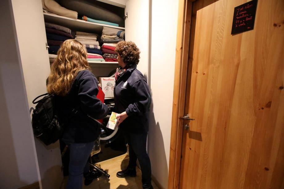 Les agents recherchent tous les indices et équipements, ici dans un couloir aménagé, laissant supposer l'existence d'appartement en locations saisonnières non déclarées.