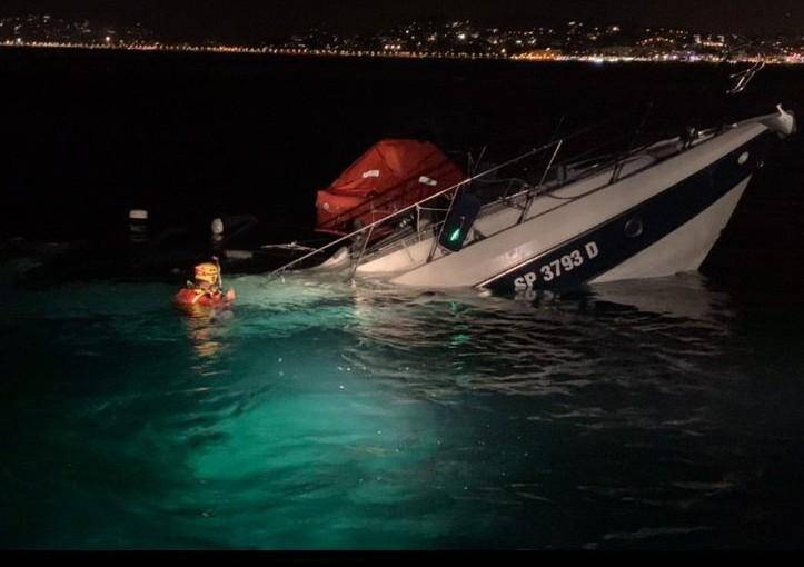 Le 16 août, peu après 22 h, une vedette italienne de 14 m est en train de sombrer, déjà à 3/4 immergée. Les cinq personnes à bord, en urgence absolue, sont secourues à temps.