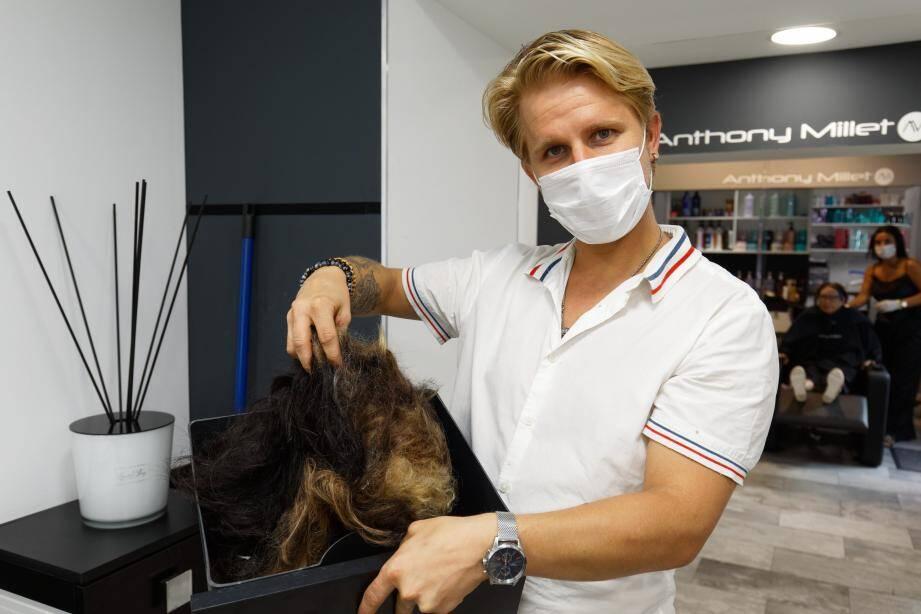 Anthony Millet récolte chaque jour un bac entier de cheveux pour l'association.
