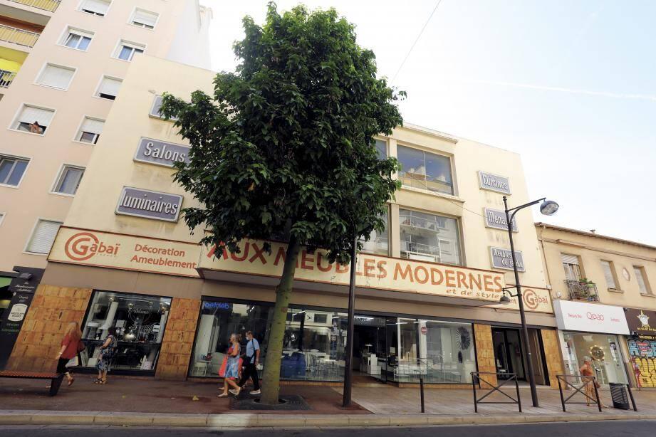 Dans les années soixante, les Gabaï avaient racheté le bâtiment dans lequel se trouvait un cinéma, un dancing et un caisno pour y fabriquer, stocker et vendre leurs meubles. La boutiques existe toujours.