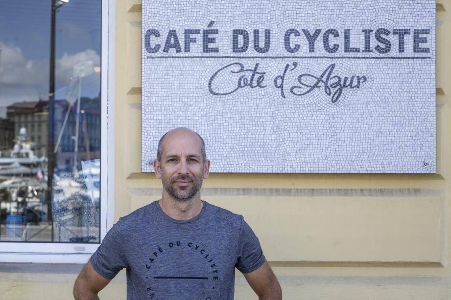 Rémi Clermont devant le Café du cycliste, situé sur les quais des Docks, au port de Nice.