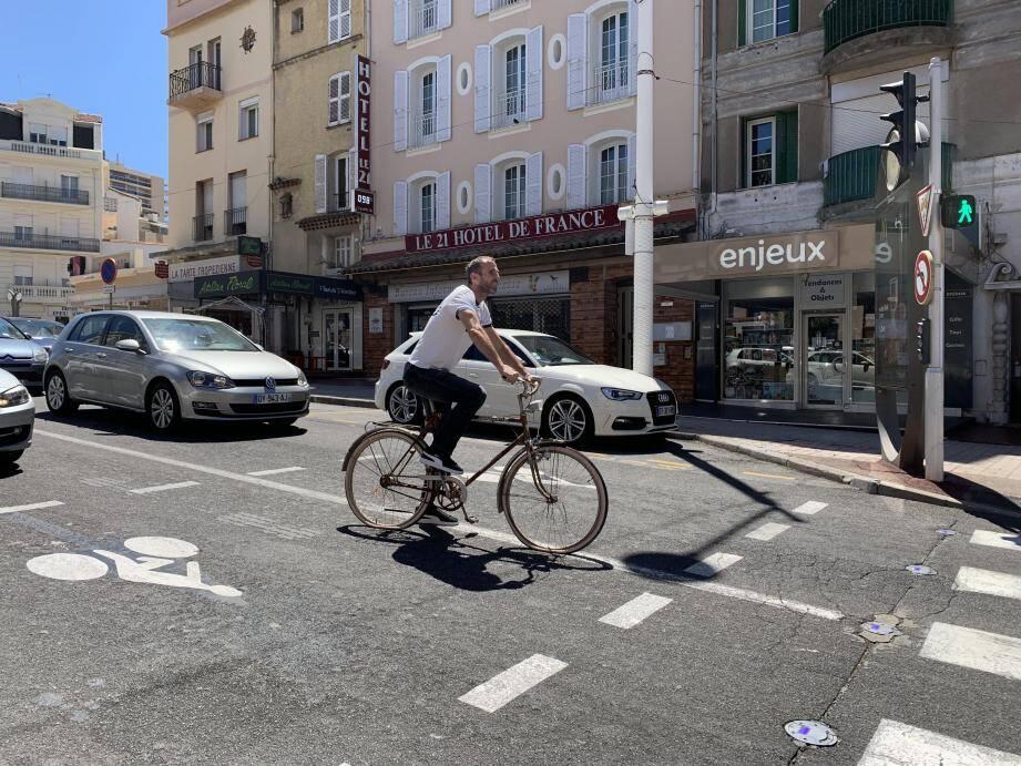 À huit intersections de la commune, des sas cyclistes ont été mis en place. S'ajoutent à cela des ''cédez-le-passage'' spécifiques. Ce sont les premières mesures du futur plan vélo de la Ville.
