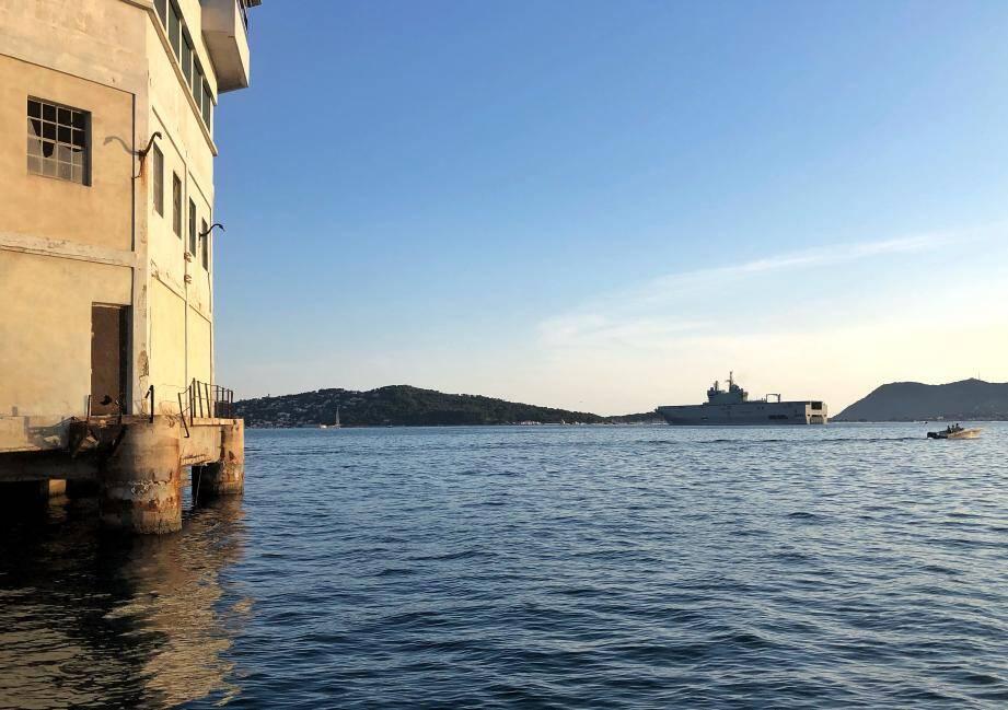 Le Tonnerre au moment de sortir de la petite rade de Toulon.