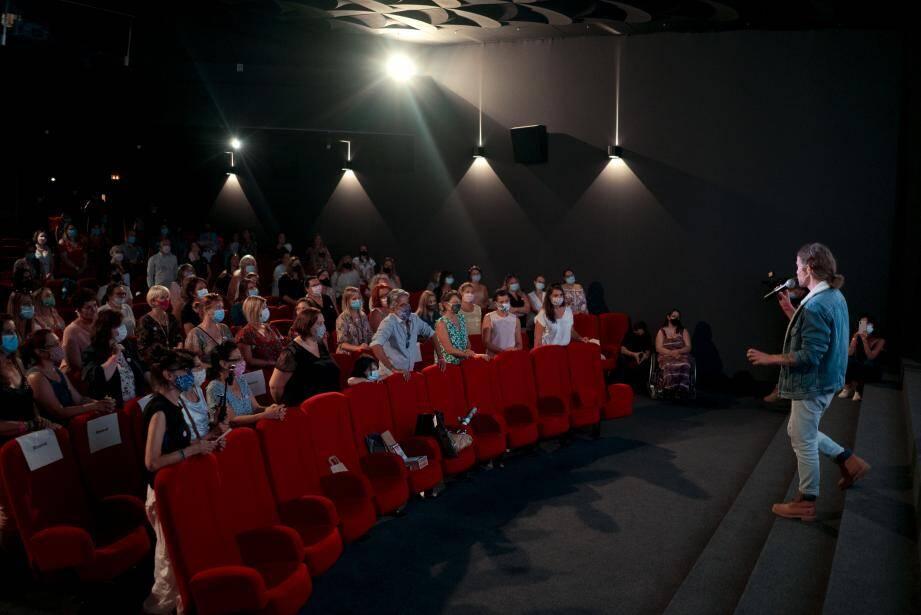 Julien Doré devant un groupe de fan au cinéma Olympia, à Cannes.