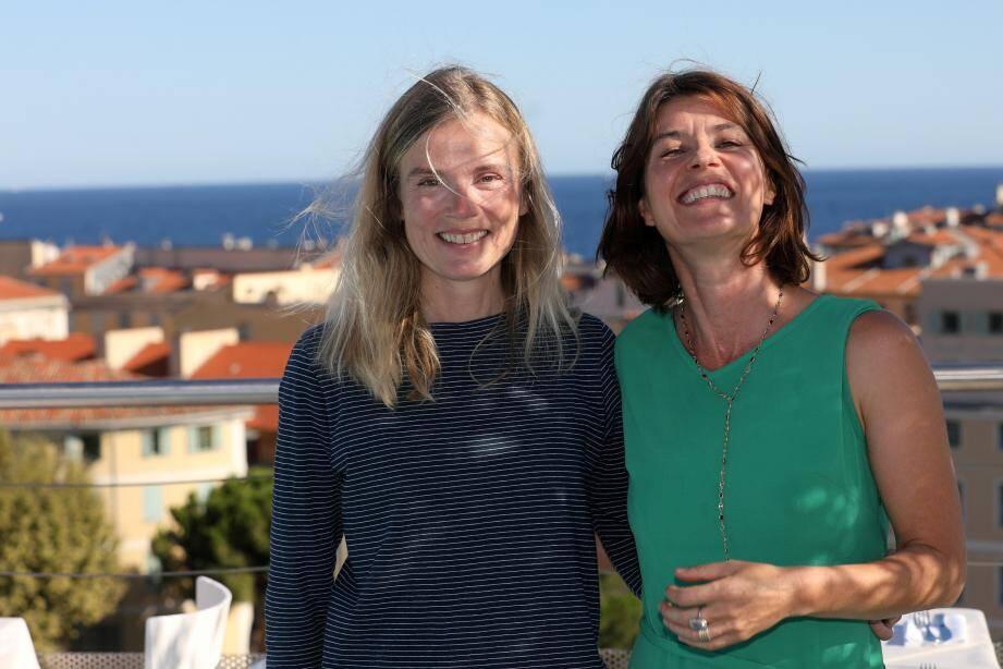 Isabelle Carré et Irène Jacob, dans leurs rôles de lectrices pour le Festival des mots…